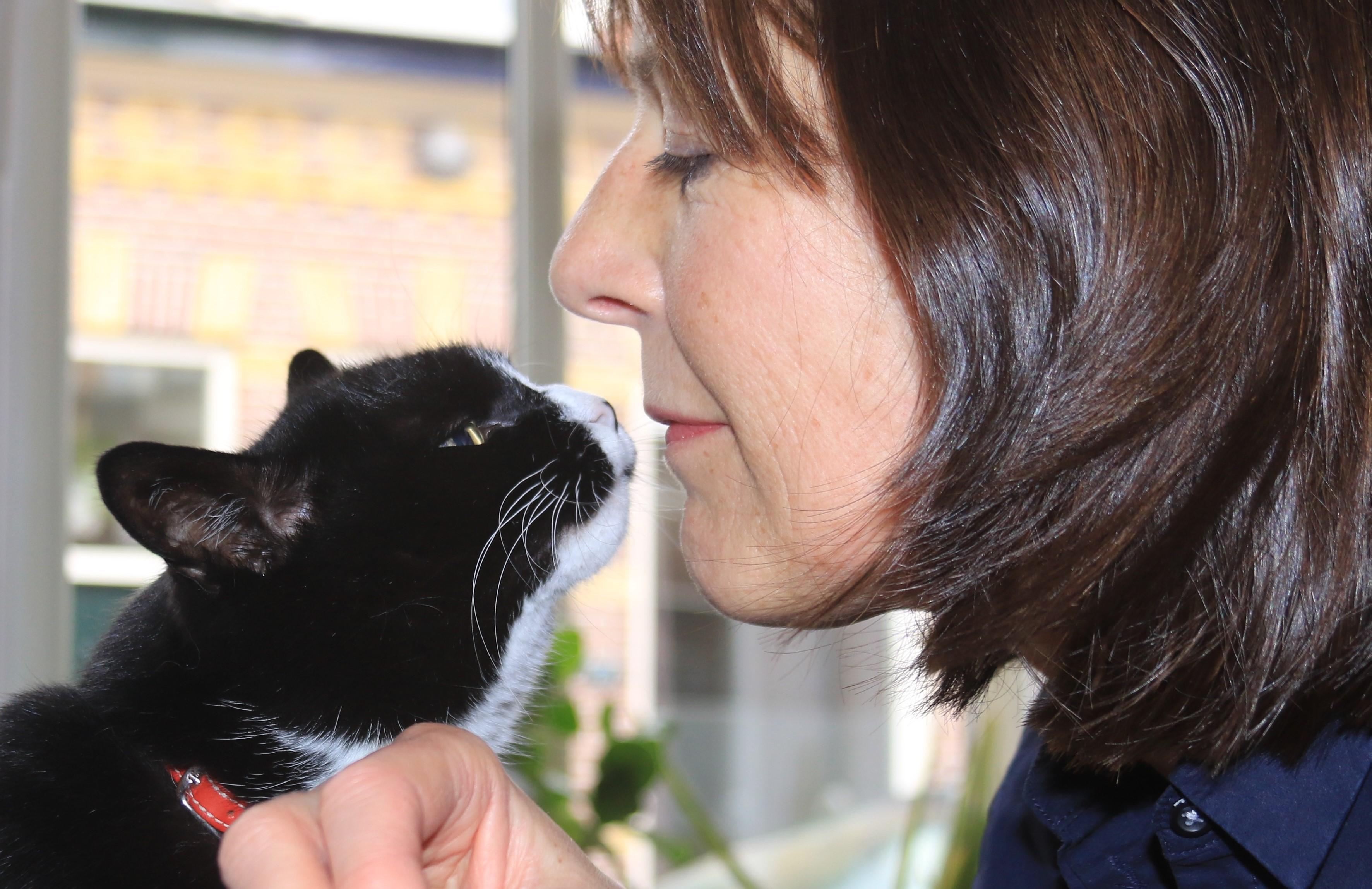 Vrijwilliger Katinka met haar eigen kat Koritsi, die ze 11 jaar geleden adopteerde uit Dierentehuis Stevenshage.