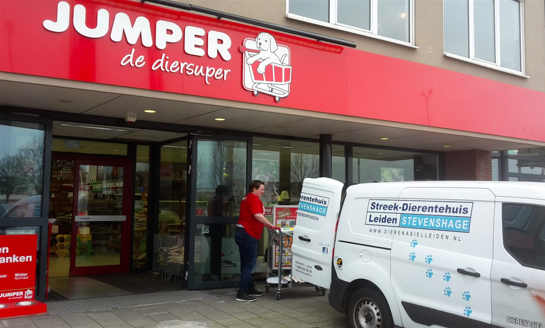 We krijgen een bus vol dierenvoeding en -spullen van Jumper Leiderdorp.