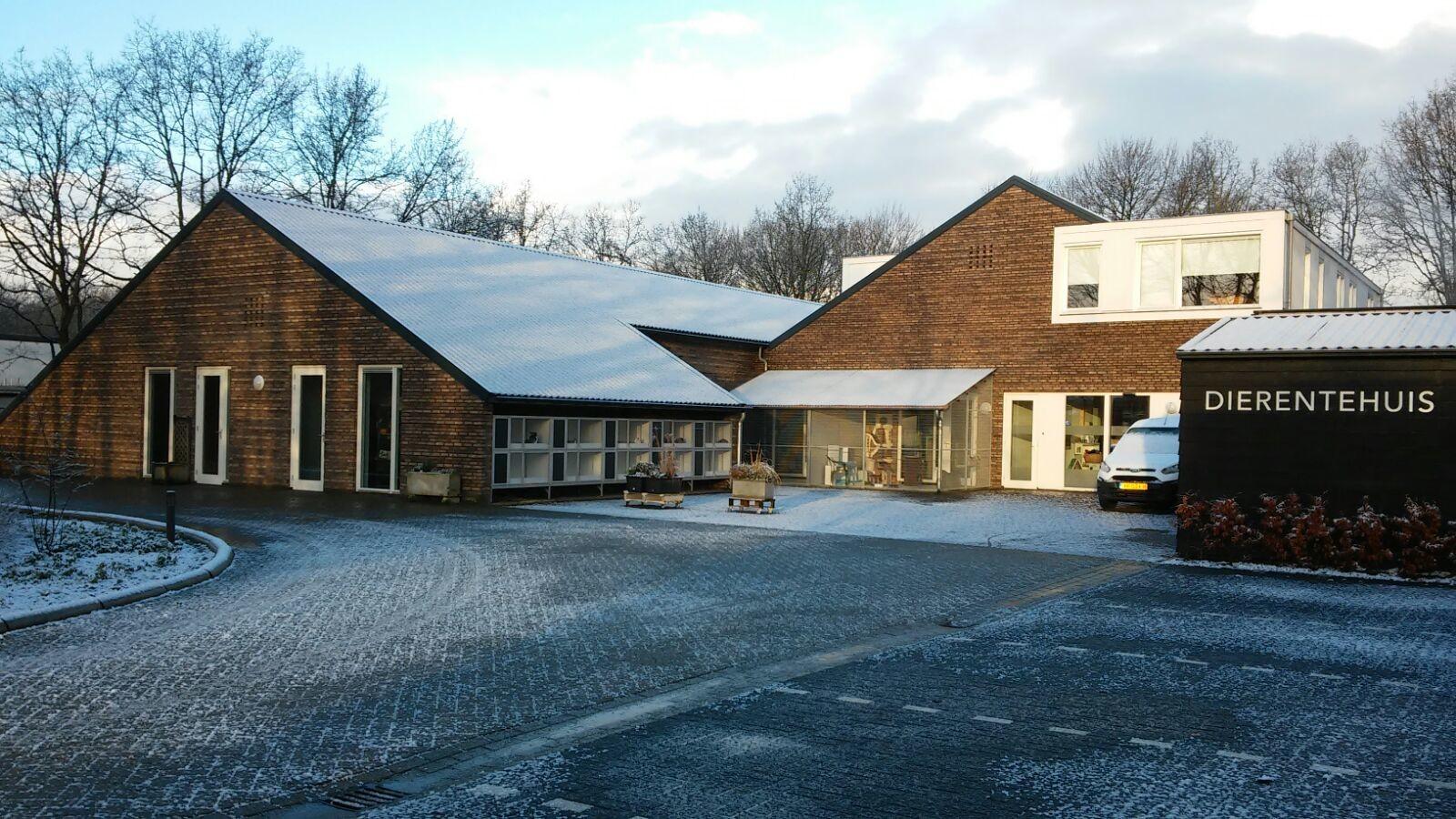 Het gebouw van Dierentehuis Stevenshage in de winter.
