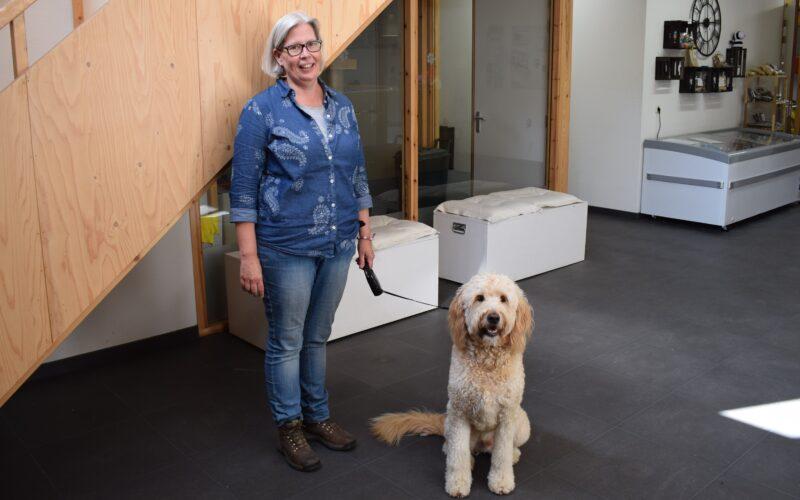 Asielbeheerder Nicolette Bloemendaal van Dierentehuis Stevenshage. Klik op de foto om het interview te lezen dat Indebuurt Leiden met haar had.
