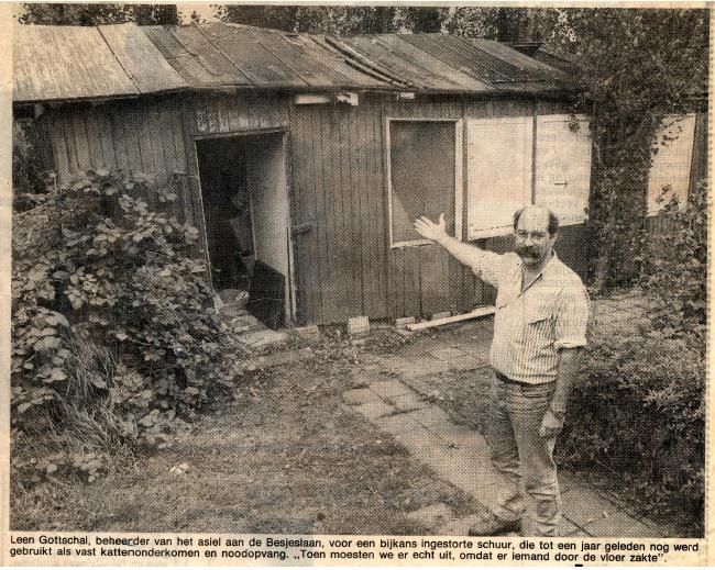 Leen Gottschal, beheerder van het asiel aan de Besjeslaan, toont het bijna ingestorte nachtverblijf van destijds.