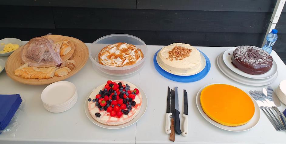 Het taartenbuffet op het vrijwilligersfeest van Dierentehuis Stevenshage in Leiden.