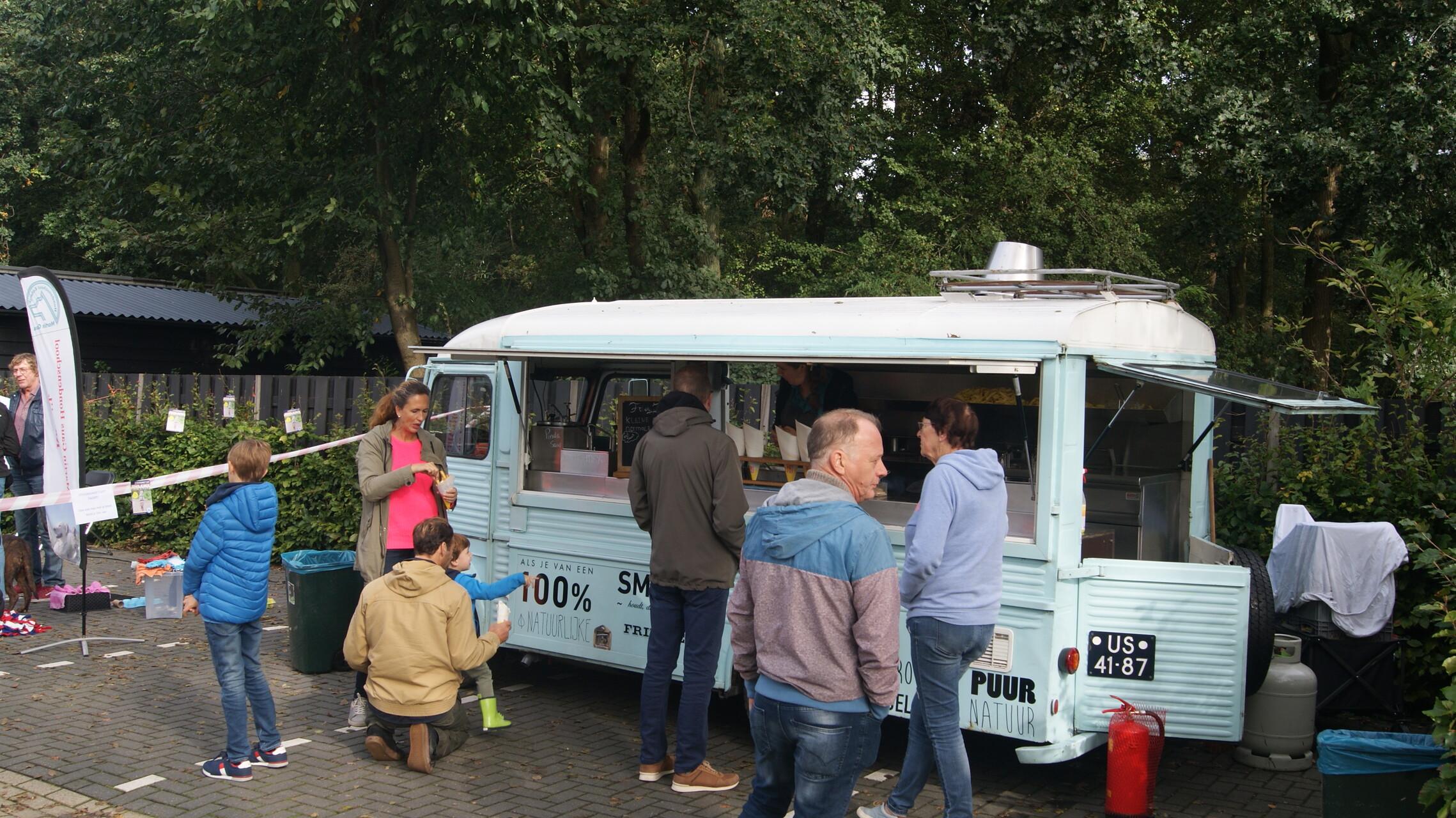De foodtruck van Friet Fjieuw zorgde voor patat tijdens de Open Asieldag van Dierentehuis Stevenshage in Leiden.