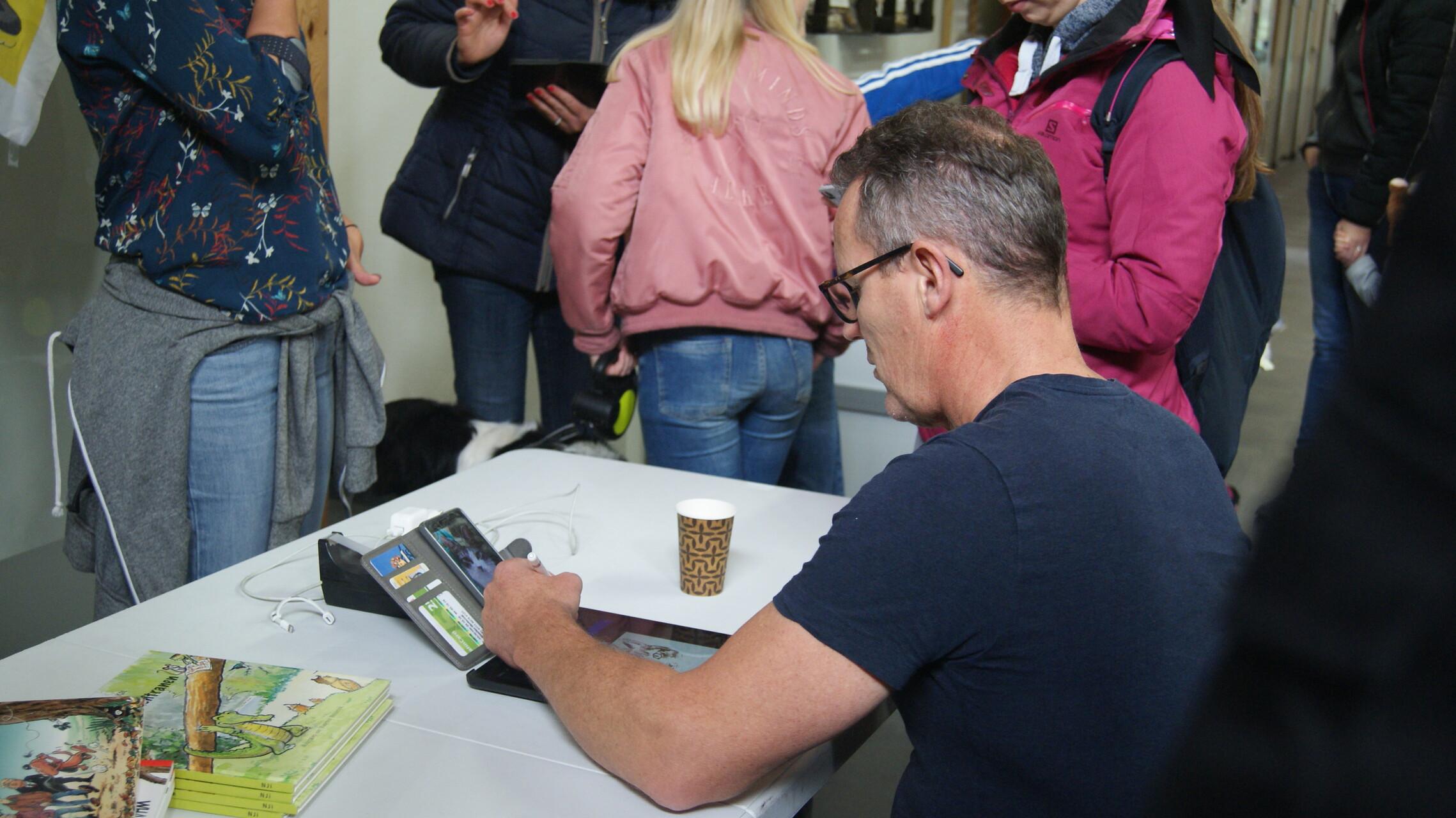 Cartoonist Maarten Wolterink tekende live cartoons van huisdieren tijdens de Open Asieldag van Dierentehuis Stevenshage in Leiden.