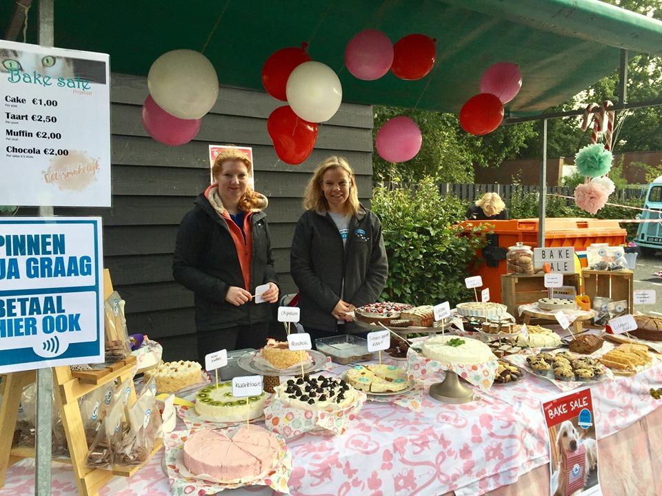 Bake sale met door vrijwilligers gebakken (vegan) taarten, koekjes en chocola tijdens de Open Asieldag 2019 bij Dierentehuis Stevenshage in Leiden.