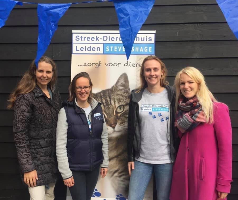 Raadsleden Martine van Schaik (links) en Lianne Raat (rechts) van de Partij voor de Dieren in Leiden met Dierentehuis Stevenshage vrijwilligers Suzan en Eva op de Open Asieldag.