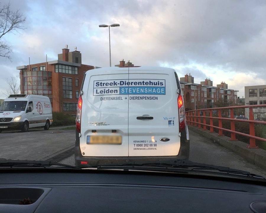 De asielbus van Dierentehuis Stevenshage staat flink in de file in Leiden.