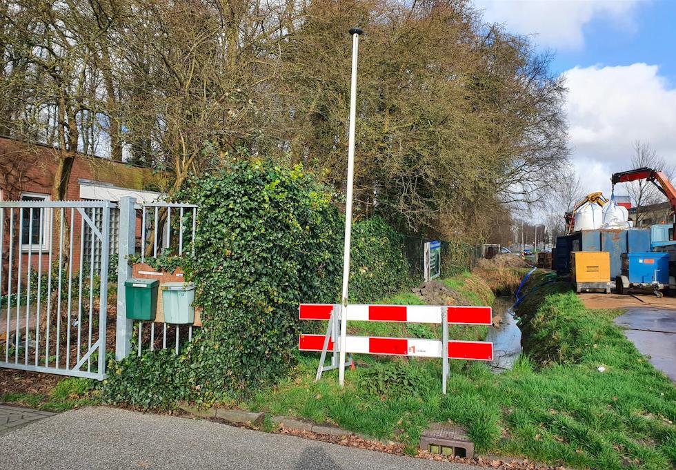 Zonder aankondiging wordt een waar machinepark opgebouwd vlak voor de deur van de beheerderswoning van Dierentehuis Stevenshage.