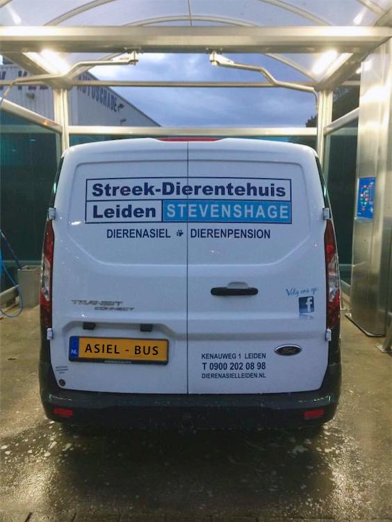 De asielbus van Dierentehuis Stevenshage in Leiden krijgt een welverdiende poetsbeurt in de wasstraat bij de overburen van Tankstations Jongeneel.