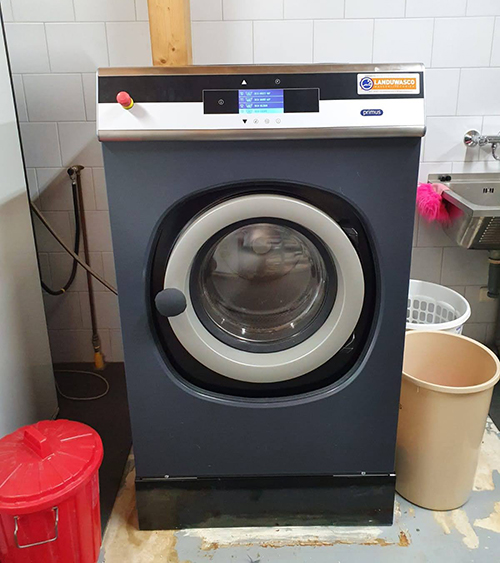 De nieuwe wasmachine bij Dierentehuis Stevenshage in Leiden.