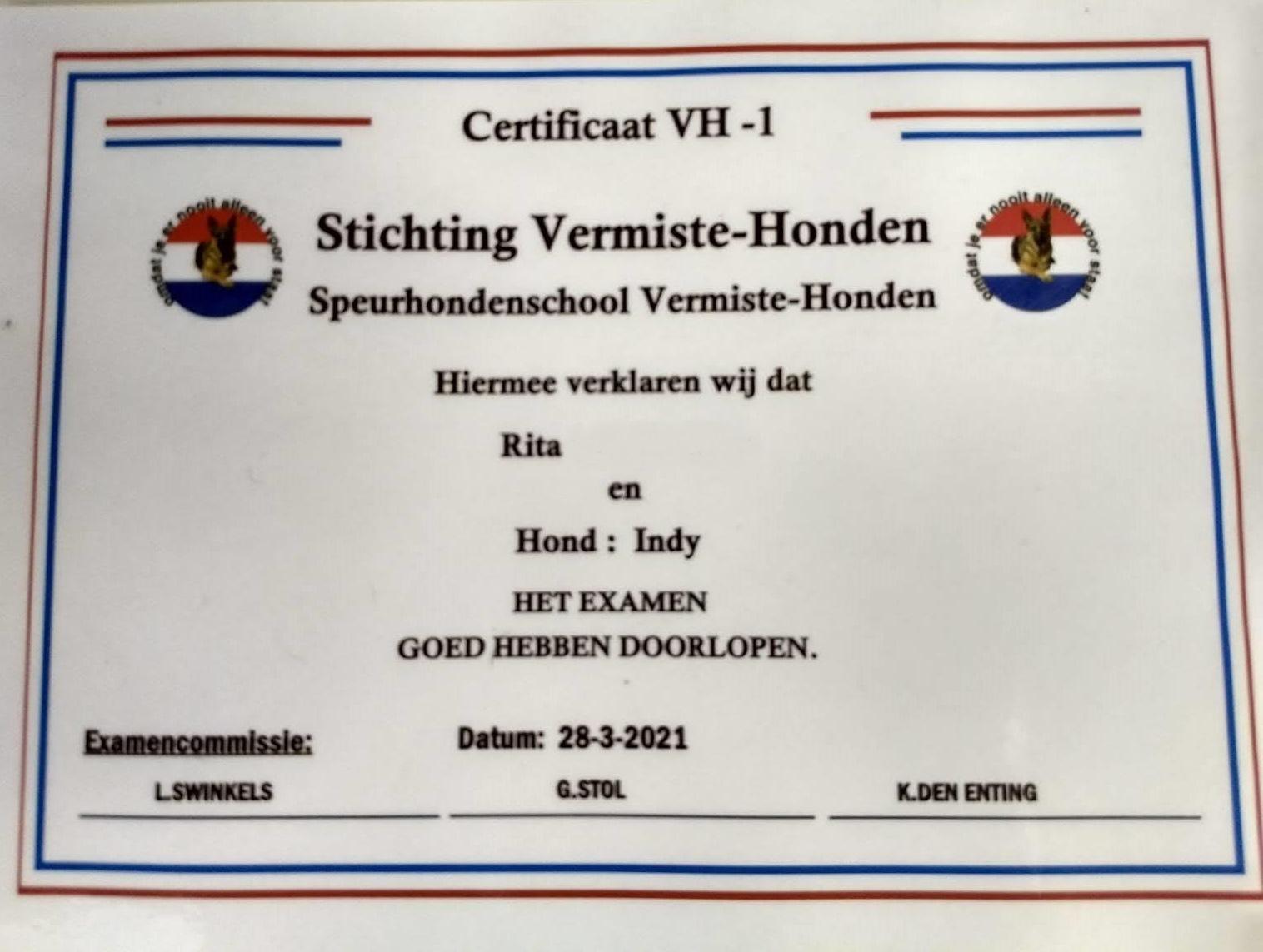 De speurdiploma van buldog Indy, die een gouden mandje vond nadat ze tweemaal terecht kwam bij Dierentehuis Stevenshage in Leiden.
